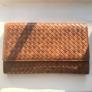 Woven clutch with detachable chain